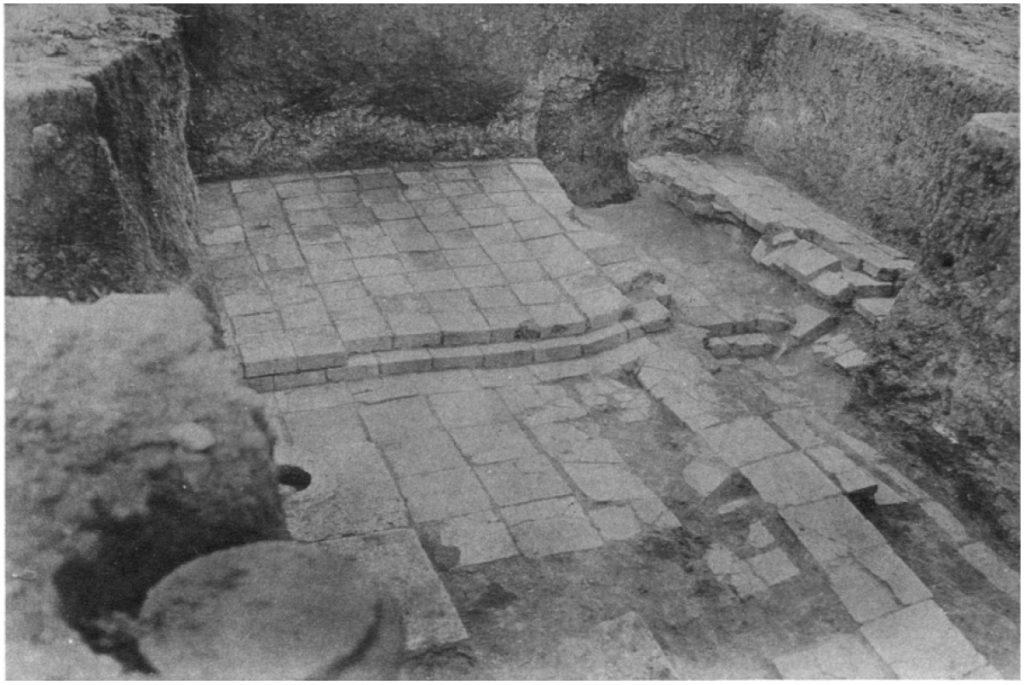 Raum 6. Rechts im Bild sind im Aufbruch des Bodens zwei Ziegellagen erkennbar (Loud - Altman 1938: Taf. 19 e).