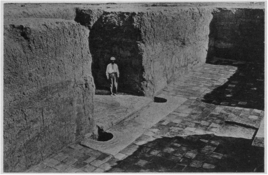 Raum 13. Zugang zu Hof I. Im Vordergrund eine Angelschwelle mit Aussparungen für Torpfosten. Im Durchgang der Schwellenstein (Loud - Altman 1938: Taf. 20 b).