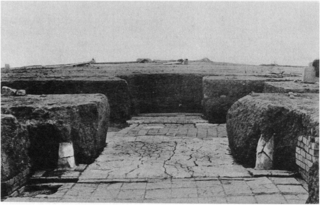 Eingang zum Tempel (Loud - Altman 1938: Taf. 16 e).