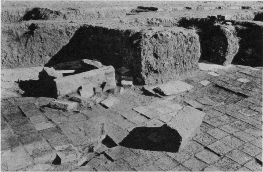 Hof I, Brunnen in Hofnische (Loud - Altman 1938: Taf. 17 b).