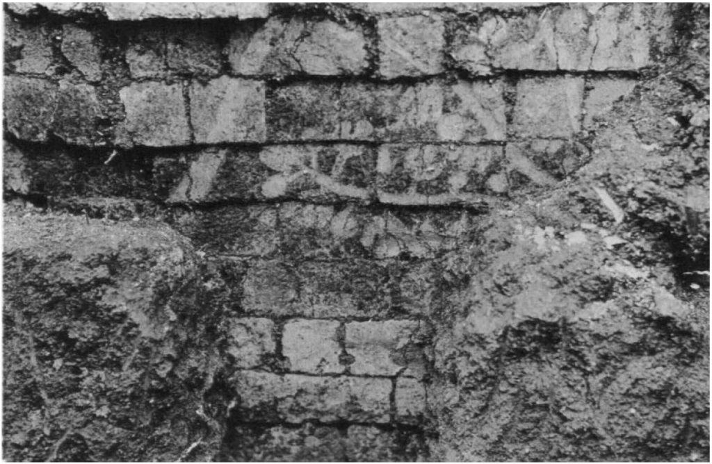 Mauervorsprung aus glasierten Ziegeln. Fassade von Raum 13, linke Seite. Erkennbar sind hier noch der Pflug und der Feigenbaum (Loud - Altman 1938: Taf. 17 d).